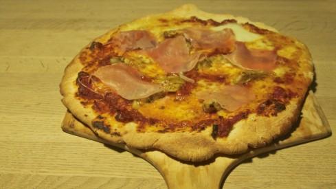 Pizza med artiskok og skinke